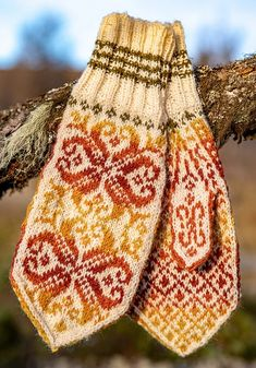 Høstvotter/Autumn mittens pattern by Cecilie Kaurin and Linn Bryhn Jacobsen Knitting Machine Patterns, Poncho Knitting Patterns, Mittens Pattern, Knit Mittens, Lace Knitting, Knitting Socks, Knitted Hats, Hat Patterns, Crochet Sock Pattern Free