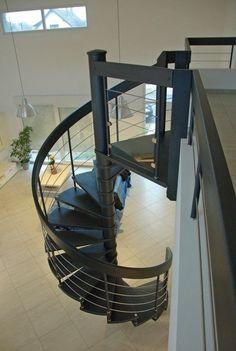 Escalier colimaçon. Pour plus de photos, rdv sur www.hurpeau-mousist.fr