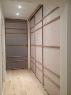 Portes de placards coulissantes japonisantes, dans un petit couloir et une chambre, installation en Belgique.