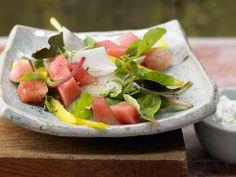 Wassermelone gibt diesem Salat das gewisse Extra! Salatschüssel mit Wassermelone - und körnigem Frischkäse - smarter - Kalorien: 317 Kcal - Zeit: 20 Min. | eatsmarter.de