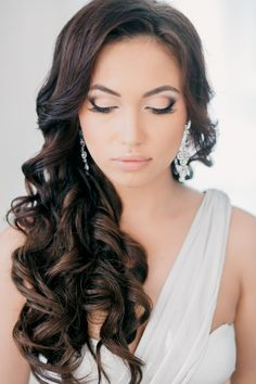 Beautiful bridal makeup look (long curly wedding hair summer) Curly Bridal Hair, Simple Bridal Hairstyle, Bridal Hair And Makeup, Bridal Beauty, Hairstyle Ideas, Wedding Beauty, Bridal Hair Side Swept, Updo Hairstyle, Wedding Hair And Makeup Brunette