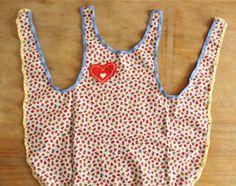 Naaien voor beginners: dit gratis naaipatroon om een vrolijk kinderschort te maken voor echte Pippi Langkous meisjes. Gemaakt van een bonte verzameling stofjes, printjes en kleurtjes. Dat wordt een vrolijke boel! Ook leuk als keukenschort, om cadeau te geven of buiten in de tuin te dragen.