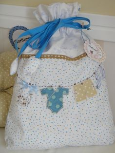 Using vinyl backed fabric - to hold wet clothes Patchwork Bags, Quilted Bag, Bag Patterns To Sew, Sewing Patterns, Embroidered Bag, Diy Sewing Projects, Fabric Bags, Kids Bags, Baby Crafts