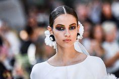 Maquillaje multicolor en Chanel Alta Costura Novia