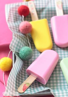 Easy Homemade Soap Recipe: Fruity Popsicles for the Bathtub! Bee Crafts, Craft Stick Crafts, Crafts For Kids, Craft Sticks, Homemade Soap For Kids, Homemade Soap Recipes, Diy Bath Soaps, Glace Diy, Homemade Popsicles