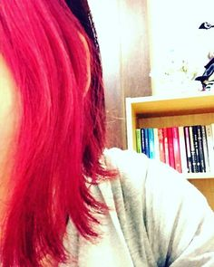 WEBSTA @ anmyok - どんどん色が抜けてくのでセルフでカラーリングしてます。カラー剤はマニックパニックのホットホットピンクをベースに、クレオローズを入れています。..なんやかんやで、伸びるのが早くて肩につくぐらいになりました。..今の時期は湿気で髪の毛が上手くまとまりません(>_<)髪の毛そろそろ切らないとなぁ…。..#マニパニ #クレオローズ #伸び放題 #ボサボサ #コテ使っても収集がつかない #南蛮ヘアー