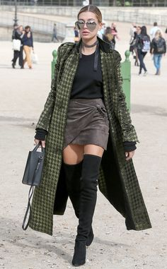 Sexy street style! The model arrives for a fitting in Paris.