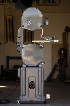 Gorgeous restoration of 40s Delta bandsaw. >>