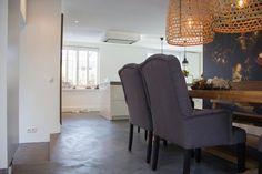 Cementgebonden gietvloer met betonlook in eetkamer en open keuken via Motionvloer #interieur #vloer #inspiratie