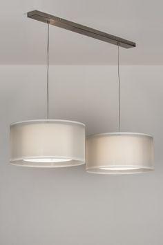Artikel 30652 Chic en bijzonder sfeervol! Deze hanglamp wordt geleverd met twee stoffen kappen. Elke kap bestaat uit twee kappen die in elkaar vallen.   De buitenste kap is van witte, Organza stof. Deze stof is glanzend, heel licht en open van structuur. Deze kap laat dus veel licht door en geeft het armatuur een chique, rijke uitstraling. http://www.rietveldlicht.nl/artikel/hanglamp-30652-modern-staal_-_rvs-stof-wit-rond-langwerpig