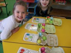 Eikartonnen met gekleurde eieren.