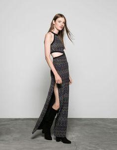 Langes Kleid mit bunten Zick-Zack-Muster. Entdecken Sie diese und viele andere Kleidungsstücke in Bershka unter neue Produkte jede Woche