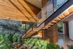 Escalera, ascensor y jardín interior, Casa RV