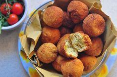 Le polpette di ricotta, croccanti e dorate, sono realizzate con ricotta di pecora, parmigiano, pangrattato, uova: uno squisito secondo vegetariano.