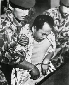 Kesaksian Tjakrabirawa Yang Mengeksekusi Mayjen M.T. Haryono Ini Membuka Tabir Rahasia G30S/PKI. Letkol Untung bin Samsuri (tengah) ketika tertangkap dalam pelariannya. Kepada kawan-kawannya di sel tahanan seperti yang diceritakan kepada Ben Anderson, Letkol Untung yakin lolos dari eksekusi karena kedekatannya dengan Mayjen Soeharto. Namun ia tetap saja dieksekusi mati.