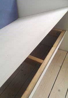 Byg en lang, behagelig bænk, der kan rumme hele familien og skabe ekstra plads til både hygge, sove og opbevare jeres ting.