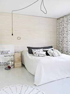 Makuuhuoneessa on laudoitettu päätyseinä. Mira ja Marko saivat idean asioidessaan Luviawoodilla. Puulaatikot on hankittu Facebookin kirpputoriryhmästä.
