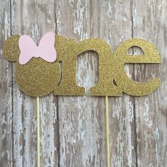 Make any cake look like a million bucks with this Minnie Mouse gold glitter cake topper. Topper measures 8 inches long by 3 inches high. Topper