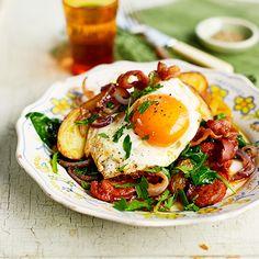 Een stevig aardappelgerecht dat ideaal is voor een winterse lunch of ontbijt. Serveer als je wilt met wat boerenbrood. 1 Kookde aardappels gaar in een panmet water en wat zout. Fruitde uienringen in de helft vande olie tot ze...