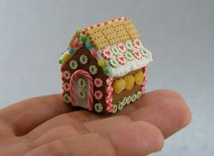One of the best Christmas family traditions is making gingerbread houses! It's messy, it's fun, and everyone had their share of sweets and gingerbread at the end. Here are some gingerbread houses that will inspire you to give you ideas for this Christmas! Gingerbread House Parties, Christmas Gingerbread House, Miniature Christmas, Miniature Food, Gingerbread Man, Christmas Cookies, Gingerbread Cookies, Diy Fimo, Crea Fimo