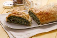 Lo strudel di ricotta e spinaci è un appetitoso antipasto da servire a fette. Un'idea valida per una cena rustica, un pic-nic, o un veloce spuntino.