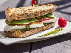 Sandwich brie, pomme, avocat et pesto, mon préféré !!! :) Brie, Burgers, Pesto, Sandwiches, Wraps, Food, Lemon, Apple, Lawyer