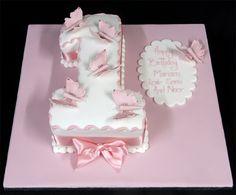gâteau d'anniversaire bébé fille en forme de chiffre 1 décoré de papillons roses