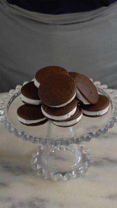 Você precisa experimentar whoopie pie, esses sanduíches de massa de cookies com um recheio delicioso.