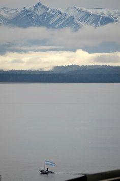Bariloche, Argentina : un destino turístico con temperaturas mas bajas. te recomendamos Bariloche si buscas un paisaje hermoso, con deportes  como esquiar y rapel , pero al mismo tiempo un lugar acogedor con su hermosa ciudad a las faldas de las montañas nevadas.