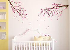 sticker mural chambre bébé avec branches fleuries et lit bébé