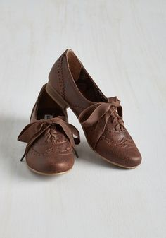 From modish mornings to dashing evenings, you're a 'classic' act in these rich brown Oxford flats. Crafted with pebbled vegan faux leather, pinked and perforated trim, and a low heel, this retro pair suits your stylish ways perfectly.