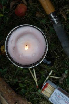 DIY Wanderlust – eine Kerze in der Emailletasse als Lagerfeuer für unterwegs | Der Schlüssel zum Glück | Interior Design für Jedermann