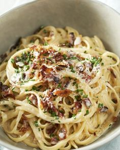 Linguine carbonara with pancetta and chives - Pasta carbonara, a real classic that we actually don& eat enough, right? An ode to Italian cu - Pasta Carbonara, Feel Good Food, I Love Food, Pasta Recipes, Cooking Recipes, Bon Ap, Spaghetti, Tapas, Recipes