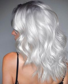 grey/silver hair weißes Haar It's all about doing something she likes with her. Silver White Hair, Silver Blonde Hair, Best Silver Hair Dye, Cream Blonde Hair, Short Silver Hair, Short White Hair, Ash Blonde, Blonde Color, Hair Dye Colors