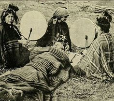 Mapuche shaman women treating a patient. Shaman Woman, Patagonia, Angel Guide, Native Indian, Blackfoot Indian, First Nations, Anthropology, Archaeology, Old Photos
