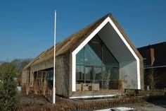 De villa in Sterksel is opgebouwd uit een schil van riet, met daarin een vrijstaand blok met woonfuncties.