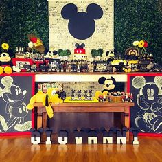 Festa infantil super charmosa com tema Mickey por @themomentfestas. Adorei os quadrinhos e o painel de quadrinhos!  #kikidsparty