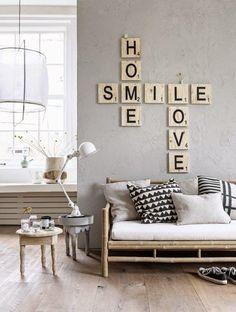 Sala de estar com Sofá de Bambu e Almofadas lisas e com estampas geométricas. Luminária de mesa e pendente. Mesa Lateral. Tema da decoração Sala Praiana. 5 Dicas para decoração de sala