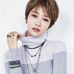 Asian short hairstyles are stylish, chic and really adorable. Here we've gathered the images of Chic & Lovely Asian Pixie Cut Pics that can inspire you to go with a pixie cut! Asian Pixie Cut, Asymmetrical Pixie Cuts, Wavy Pixie Cut, Short Blonde Pixie, Asian Short Hair, Girl Short Hair, Trending Hairstyles, Pixie Hairstyles, Pixie Haircut
