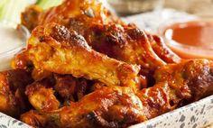 Ricetta dei chicken wings all'italiana. Ali di pollo croccanti in marinatura secca di paprika, rosmarino e limone. Ali di pollo accompagnate da salsa gravy