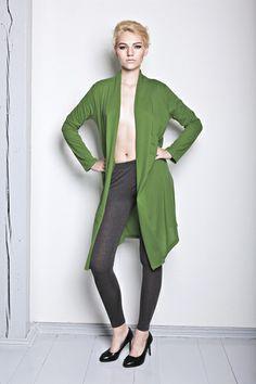 Diese wunderschöne Jacke aus leichtem Jersey fällt locker-leicht und ist der optimale Begleiter in lauen Sommernächten.    Die Jacke ist aus Bio-Ba...