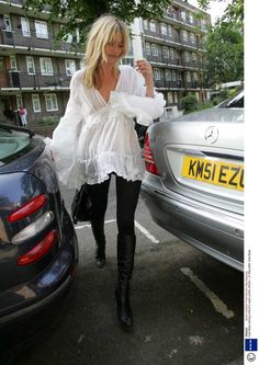 Kate Moss (one of my fave style icons) in white flowy poet blouse, black pants and high boots. Doesn't get much sexier and stylish than this folks. Best Street Style, Looks Street Style, Looks Style, Style Me, Ibiza Style, Boho Chic, Casual Chic, Cabelo Kate Moss, Black And White Outfit