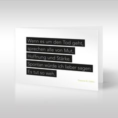 """""""Wenn es um den Tod geht, sprechen alle von Mut, Hoffnung und Stärke. Spontan würde ich lieber sagen: Es tut so weh"""" lautet der wahre und zugleich auch verzweifelte Gedanke von Timothy Göbel, der im Zentrum der weißen Trauerkarte auf schwarzen Balken geordnet ist. https://www.design-trauerkarten.de/produkt/stille-gedanken-8/"""