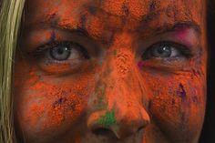 """O tânără reacţionează la finalul maratonului 5K """"Color Run"""", în parcul Tineretului din Bucureşti, sâmbătă, 26 aprilie 2014. (  Andreea Alexandru / Mediafax Foto  ) - See more at: http://zoom.mediafax.ro/people/the-color-run-bucuresti-2014-12533962#sthash.zbBgamYv.dpuf"""