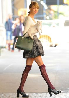 Taylor swift fall outfit ideas, plus her cat olivia benson Taylor Swift Hot, Taylor Swift Outfits, Taylor Swift Bangs, Style Taylor Swift, Taylor Swfit, Taylor Swift Tattoo, Street Style 2014, Look Fashion, Autumn Fashion