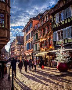 L'atmosphère féerique de Colmar   #Colmar #Alsace #MarchéDeNoel #France #IgersAlsace #InstaAlsace #RendezVousEnFrance #Europe #Christmas #ChristmasMarket #Noel #Travel #Voyage Colmar Alsace, Street View, Europe, France, Photos, Instagram, Travel, Noel, Pictures