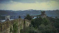 """Óbidos considerada uma das vilas mais bonitas da Europa.  //  A vila de Óbidos foi considerada uma das mais bonitas da Europa pela revista norte-americana """"Travel+Leisure"""". O encanto está, segundo a mesma, no """"interior das muralhas"""", onde """"um emaranhado de casas caiadas de branco se cobre de buganvília..."""