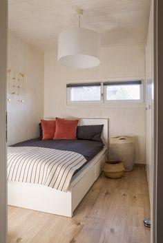 Die ME & ME Mikrohäuser gibt es mit 30   50   70   90 m2. Dabei wählst du aus drei verschiedenen Dachformen, verschiedenen Holzfassaden, Putzfassaden oder Fassadenplatten. Deiner Kreativität sind keine Grenzen gesetzt. Du lebst in einem nachhaltigem, ökologisch gebauten Holzhaus. Zahlen tust du für dein Haus im Grünen nicht mehr als für eine Wohnung! Das ist doch ein Versprechen, oder?  #Thiny House #Minihaus #Microhaus #Mikrohaus   #Designhaus #Haus statt Wohnung Backyard, House Design, Furniture, Home Decor, Micro House, Roof Styles, Log Home, Numbers, Patio