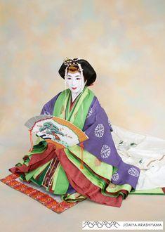 A woman dressed in junihitoe at a kimono photography experience. #heian #heiankyo #junihitoe