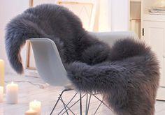 Schaffell auf Stuhl